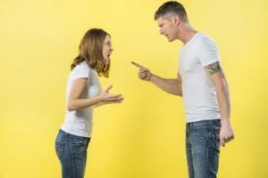 jong-paar-dat-zich-face-to-face-ruzie-met-elkaar-bevindt-tegen-gele-achtergrond_23-2148056182